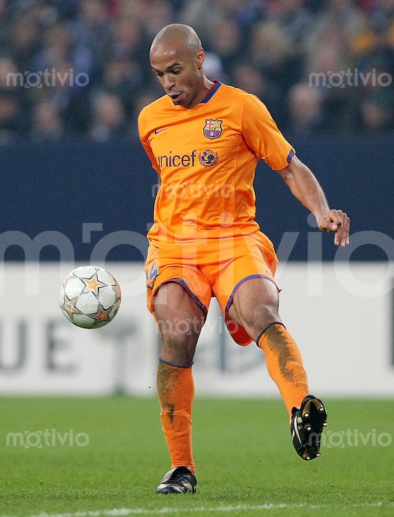 FUSSBALL  CHAMPIONS LEAGUE   VIERTELFINALE   SAISON 2007/2008 FC Schalke 04  - FC Barcelona                           01.04.2008 Thierry HENRY (FC Barcelona), Einzelaktion am Ball