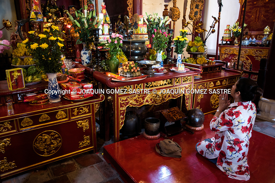 A woman prays at the temple of DEN NGOC SON (tortoise temple) in the city of Hanoi (Vietnam)<br /> HANOI-VIETNAM