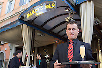 Un cameriere mostra un flute contenente il cocktail Bellini all'esterno dell'Harry's Bar in Via Veneto a Roma.<br /> A waiter holds a glass of Bellini cocktail at Harry's bar in Via Veneto, Rome, Italy.<br /> UPDATE IMAGES PRESS/Riccardo De Luca