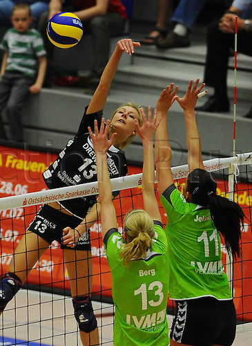 22 04 2011  Saskia Hippe Dresden smashes the ball against Andrea mountain and Michaela JELINKOVA both Muenster. Dresdner SC against USC Muenster Volleyball 1 Bundesliga Women Margon Arena Dresden Bacher ground Road