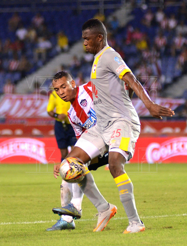 BARRANQUILLA -COLOMBIA, 11-NOVIEMBRE-2015. Jarlam Barrera (Izq) jugador del Atlético Junior  disputa el balón con Yair Arrechea del Independiente Santa Fe  por el partido de la final ida de la Copa  Aguila II 2015 jugado en el estadio Metropolitano Roberto Meléndez./  Jarlam Barrera Atletico Junior player fights for the ball with Yair Arrechea player of Independiente Santa Fe by the end of the first leg match of the Copa II 2015 Aguila played in Metropolitano Roberto Melendez  stadium . Photo: VizzorImage / Alfonso Cervantes / Str
