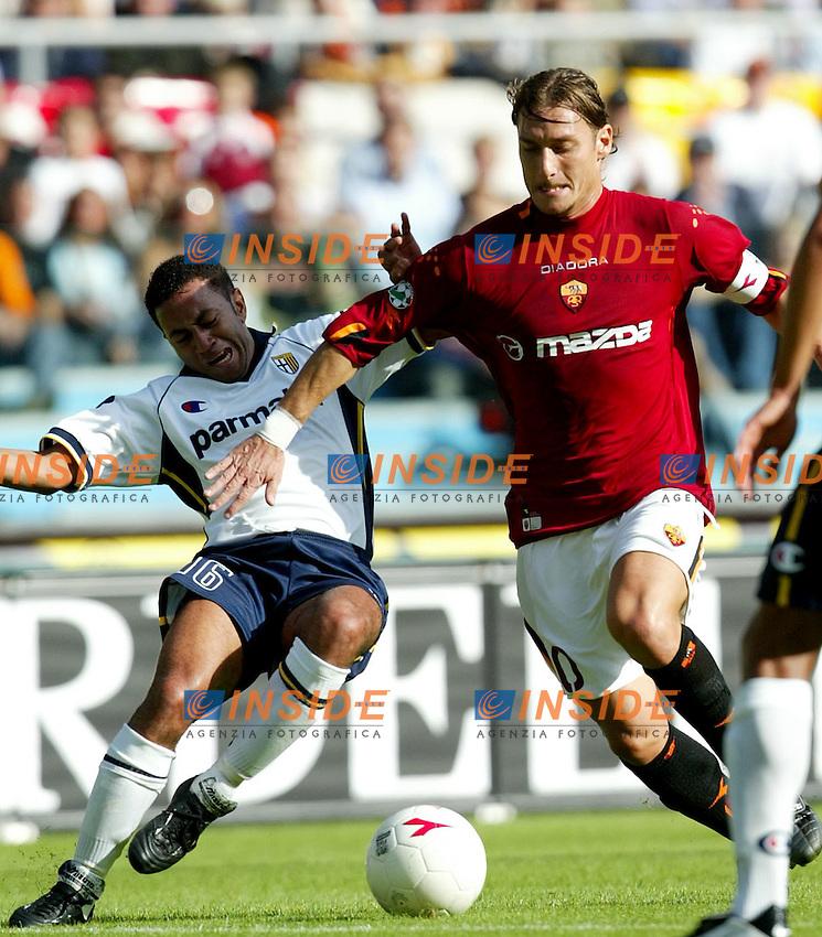 Roma 19/10/2003 <br /> Roma Parma 2-0 <br /> Francesco Totti contrastato da Junior<br /> Foto Staccioli / Insidefoto