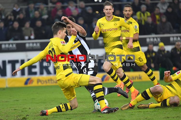 18.02.2018, Borussia Park, M&ouml;nchengladbach, GER, 1. FBL., Borussia M&ouml;nchengladbach vs. Borussia Dortmund<br /> <br /> im Bild / picture shows: <br /> li Julian Weigl (Borussia Dortmund #33), im Zweikampf gegen  Lars Stindl (Gladbach #13), <br /> <br /> Foto &copy; nordphoto / Meuter