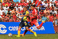 BUGA -COLOMBIA-17-08-2015: Feiver Mercado (Der.) jugador del América de Cali  disputa el balón con David Rios (Izq.) jugador de Deportivo Pereira durante partido por la fecha 6 de vuelta del Torneo Águila 2015 jugado en el estadio Hernando Azcárate de la ciudad de Buga. / Feiver Mercado (R) player of America de Cali fights for the ball with David Rios (L) player of Deportivo Pereira during the match for the 6th date of second leg of Aquila Tournament 2015 played at Hernando Azcarate stadium in Buga city. Photo: VizzorImage / Juan C. Quintero /