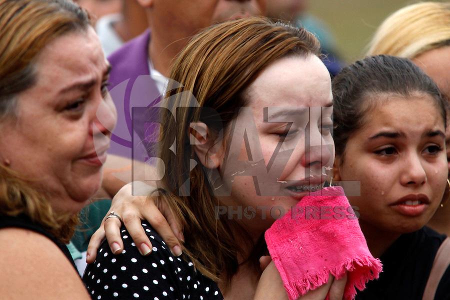 ATENÇÃO EDITOR: FOTO EMBARGADA PARA VEÍCULOS INTERNACIONAIS. - RIO DE JANEIRO,SULACAP, 14 DE SETEMBRO DE 2012- ENTERRO POLICIA  UPP ROCINHA- nA  FOTO: Na Foto : Noiva Ellen.O corpo do policial  Diego Bruno Barbosa, policia  da  UPP Rocinha foi enterrado na  tarde desta sexta-feira (14) no Cemitério Jardim da  Saudade  Sulacap.<br /> ( GUTO MAIA / BRAZIL PHOTO PRESS )