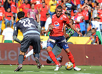 MEDELLÍN -COLOMBIA-20-03-2016. Juan Carlos Saiz (Izq) jugador de Independiente Medellín disputa el balón con Luis C Ruiz (Der)de Nacional durante el encuentro entre Independiente Medellín y Atlético Nacional por la fecha 10 de la Liga Águila I 2016 jugado en el estadio Atanasio Girardot de la ciudad de Medellín./ Juan Carlos Saiz (L) player of Medellin vies for the ball with Luis C Ruiz (R)player of Nacional during the match between Independiente Medellin and Atletico Nacional during match for the date 10 of Aguila League I 2016 played at Atanasio Girardot stadium in Medellin city. Photo: VizzorImage/ León Monsalve /Str
