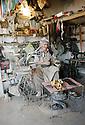 Irak 2000.Kala Diza: un cordonnier.Iraq 2000.A shoemaker in Kala Diza