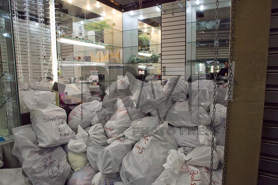 SAO PAULO, SP, 28 DE AGOSTO DE 2012 - POLICIA - APREENSAO DE PRODUTOS FALSIFICADOS - Acao de funcionarios GCM continuam nesta terca-feira (28) a acao de apreensao de mercadorias falsificadas no Shopping Sogo, no bairro da Liberdade, zona central da cidade. A acao desencadeada na segunda-feira (27) pela Secretaria de Seguranca Urbana, ja fiscalizou mais de 40 lojas e mais de 40 mil produtos falsificados, como bolsas, celulares, cameras fotograficas, oculos, relogios e eletronicos diversos, foram apreendidos. Os responsaveis pelas lojas, em sua maioria chineses, poderao responder criminalmente por delitos de pirataria, sonegacao fiscal entre outros. As lojas que foram encontradas as mercadorias estao sendo lacradas pelos agentes.   FOTO RICARDO LOU - BRAZIL PHOTO PRESS