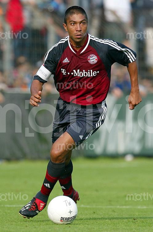 FUSSBALL Bundesliga 2002/2003 Giovane ELBER, Einzelaktion am Ball FC Bayern Muenchen