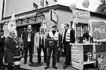 Gen&egrave;ve, le 16.09.2017<br /> Rassemblement devant la Poste de Ch&acirc;telaine pour protester contre sa fermeture et remise de p&eacute;tition des usagers &agrave; sa direction.<br /> Le Courrier / &copy; C&eacute;dric Vincensini