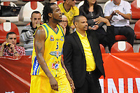 MEDELLÍN -COLOMBIA-23-04-2013. Newsome Reque (i) y Tomás Díaz entrenador de Bambuqueros durante partido contra Academia en la fecha 4 fase II de la  Liga Direct TV de baloncesto Profesional de Colombia realizado en el coliseo de la Universidad de Medellín./ Newsome Reque, player (l), and  Tomas Diaz, coach, of Bambuqueros during match against Academia on the 4th date phase II of  DirecTV professional basketball League in Colombia at Universidad de Medellin coliseum.  Photo: VizzorImage/Luis Ríos/STR
