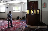 Moschea El Fath via della Magliana.Associazione islamica culturale.Situata in un quartiere dove risiede una comunità musulmana molto numerosa, in questa moschea si incontrano i fedeli per le cinque preghiere del giorno e per quella del venerdì. Si tengono corsi di arabo e di religione per bambini musulmani. I responsabili della moschea promuovono incontri con comunità cattoliche..El Fath Mosque , Magliana street.Islamic Cultural Association. Located in a neighborhood where a very large Muslim community, in this mosque the faithful come together for the five prayers of the day and that of Friday. You take courses in Arabic and religion to Muslim children. .The leaders of the mosque promote meetings with the Catholic community......