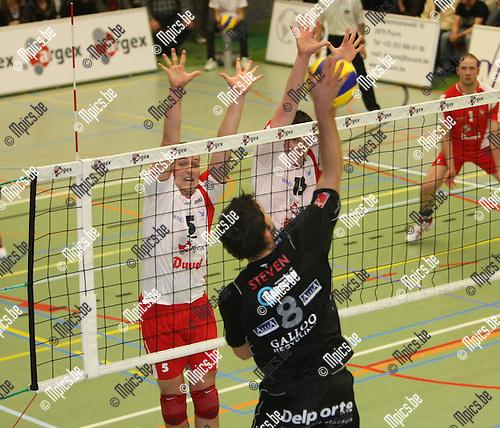 2008-11-01 / Volleybal / Puurs - Menen / Hollez (Menen) test het blok van Sophie en Degreef..Foto: Maarten Straetemans (SMB)