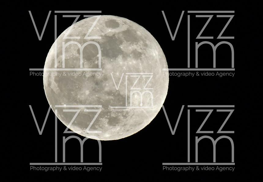 Luna Llena vista en la ciudad de Bogotá, Colombia. / Full moon is seen  in Bogota, Colombia. Photo: VizzorImage/ Gabriel Aponte / Staff