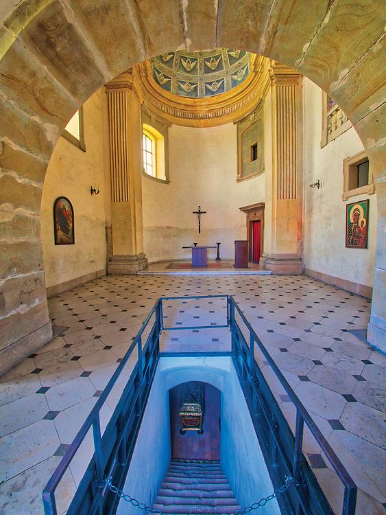 Kaplica zamkowa, widok na prezbiterium i kryptę grobową Lubomirskich.