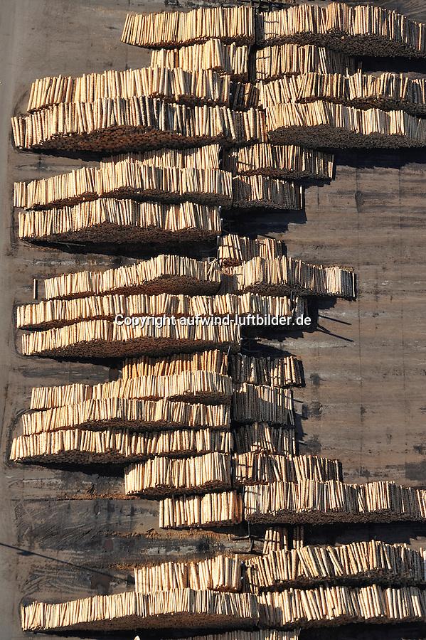 Ilim Nordic Timber Wismar: EUROPA, DEUTSCHLAND, MECKLENBURG- VORPOMMERN, WISMAR 25.02.2012 Ilim Nordic Timber Wismar,  Industrie in den Neuen Bundeslaendern, Gewerbe, Fabrik, Werk, Modern, Effektiv, Holz, Holzstaemme, Staemme, Holzplatten, Plattenwerk, Schnittholz fuer die Hausbau-, Verpackungs- und Holzwerkstoffindustrie, Restholz , Saege- und Hobelspaene, Hackschnitzel, Rinde fuer die Holzwerkstoff- und Zellstoffindustrie,  2 Saegelinien, 2 Hobellinien, 1 Heizwerk, 2 Rundholzsortieranlagen, 47 Trockenkammern.Luftaufnahme, Luftbild,  Luftansicht.