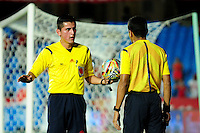 CALI - COLOMBIA - 25-04-2016: Jonathan Ortiz (Izq.) arbitro, durante partido por la fecha 11 del Torneo Aguila 2016, entre America de Cali y Deportes Quindio, jugado en el estadio Pascual Guerrero de la ciudad de Cali. / Jonathan Ortiz (L) referee, during a match for the date 11 for the Torneo Aguila 2016, between America de Cali and Deportes Quindio, played at the Pascual Guerrero stadium in Cali city. Photo: VizzorImage / Nelson Rios / Cont.