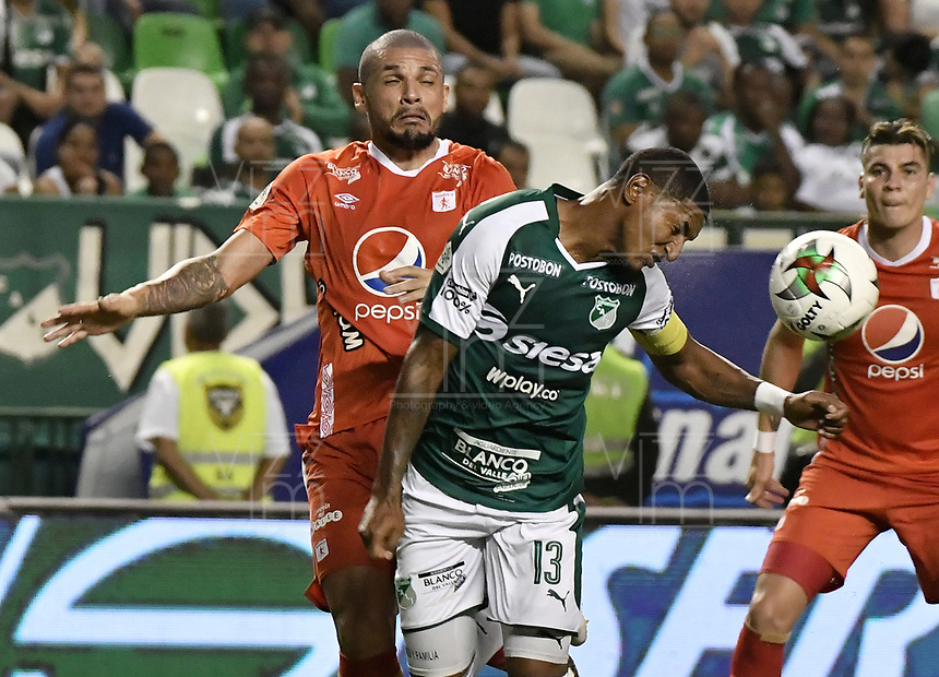 PALMIRA - COLOMBIA, 20-11-2019: Juan Camilo Angulo del Cali disputa el balón con Juan Pablo Segovia de America durante partido entre Deportivo Cali y América de Cali por la fecha 4, cuadrangulares semifinales, de la Liga Águila II 2019 jugado en el estadio Deportivo Cali de la ciudad de Palmira. / Juan Camilo Angulo of Cali vies for the ball with Juan Pablo Segovia of America during match between Deportivo Cali and America de Cali for the date 4, quadrangulars semifinals, as part of Aguila League II 2019 played at Deportivo Cali stadium in Palmira city. Photo: VizzorImage / Gabriel Aponte / Staff