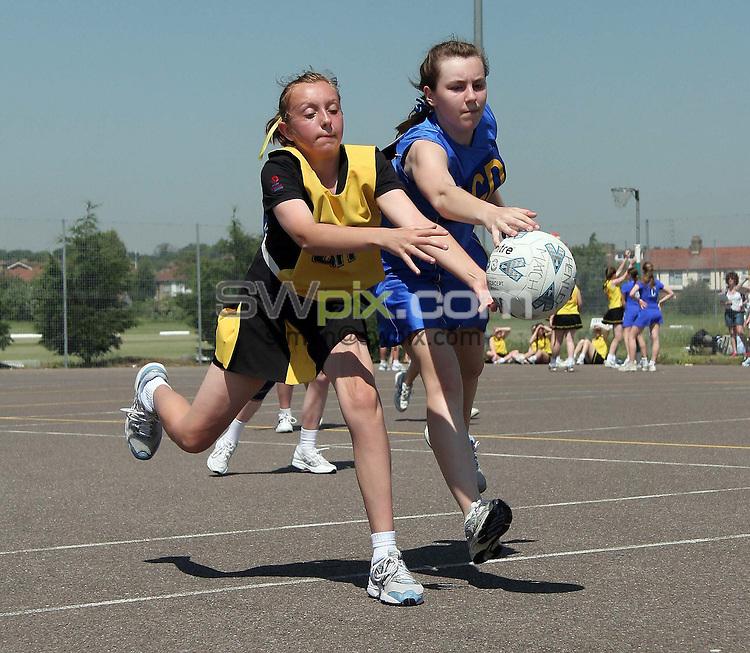 PICTURE BY VAUGHN RIDLEY/SWPIX.COM -  Netball - National Junior Championship FInals 2006 - Illford, Essex, England - 10/06/06...? Simon Wilkinson - 07811 267706...Team Henley of Warwickshire (L) and Team Tameside of Greater Manchester (R).