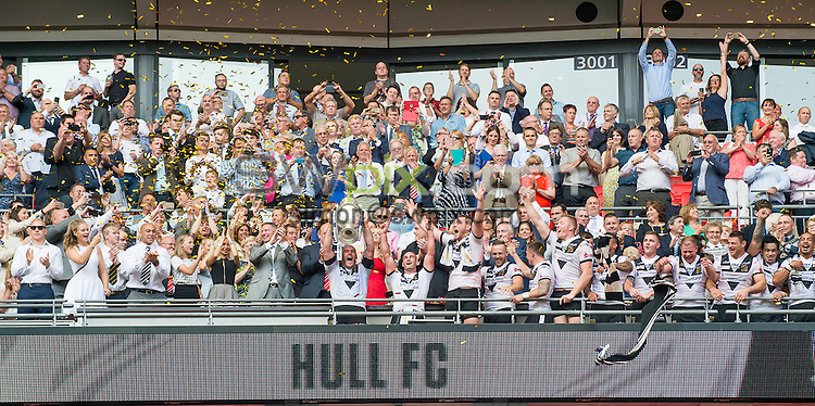 Picture by Allan McKenzie/SWpix.com - 27/08/2016 - Rugby League - Ladbrokes Challenge Cup Final - Hull FC v Warrington Wolves - Wembley Stadium, London, England - Hull FC's captain Gareth Ellis lifts the Ladbrokes Challenge Cup trophy.