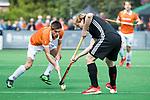 BLOEMENDAAL   - Hockey - Thierry Brinkman (Bldaal) met Klaas Vermeulen (A'dam)  . 3e en beslissende  wedstrijd halve finale Play Offs heren. Bloemendaal-Amsterdam (0-3). Amsterdam plaats zich voor de finale.  COPYRIGHT KOEN SUYK
