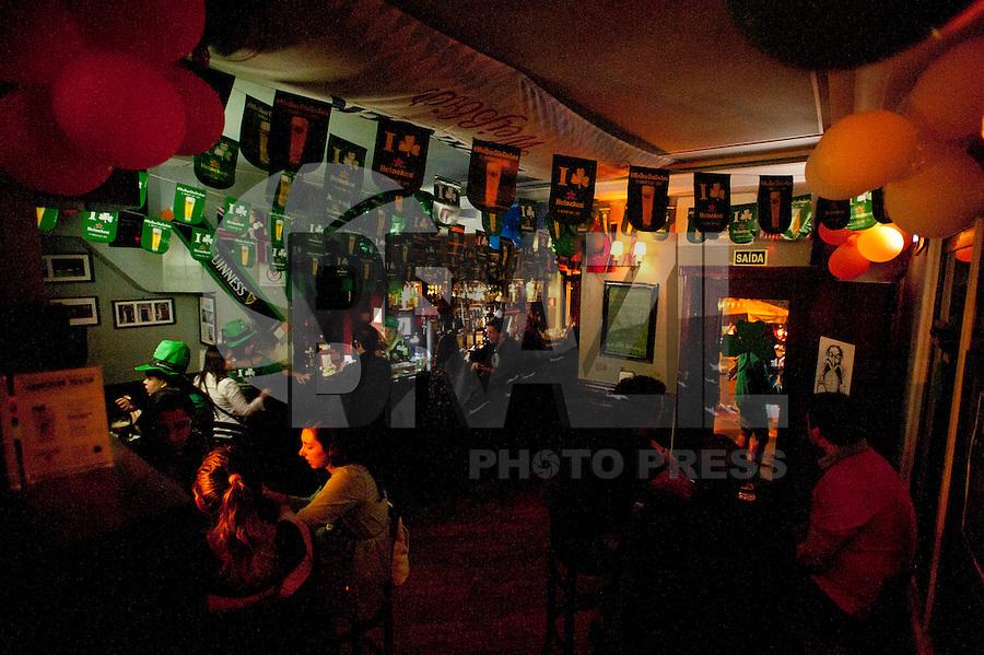 SAO PAULO, SP, 17.03.2015 - Brasileiros vão aos pubs hoje  para comemorar o Dia de São Patrício, santo padroeiro da Irlanda. No Blue Pub, arredores da avenida Paulista, no inicio da noite dessa terça 17.( Gabriel Soares/ Brazil Photo Press)