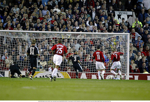 DAVID BECKHAM scores United's late consolation goal, MANCHESTER UNITED 4 v Real Madrid 3, UEFA Champions League Quarter Final 2nd Leg, Old Trafford 030423 Photo: Glyn Kirk/Action Plus...2003.football soccer player players goals