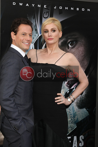 """Alice Evans, Ioan Gruffudd<br /> at the """"San Andreas"""" Los Angeles Premiere, TCL Chinese Theater, Hollywood, CA 05-26-15<br /> David Edwards/DailyCeleb.Com 818-249-4998"""