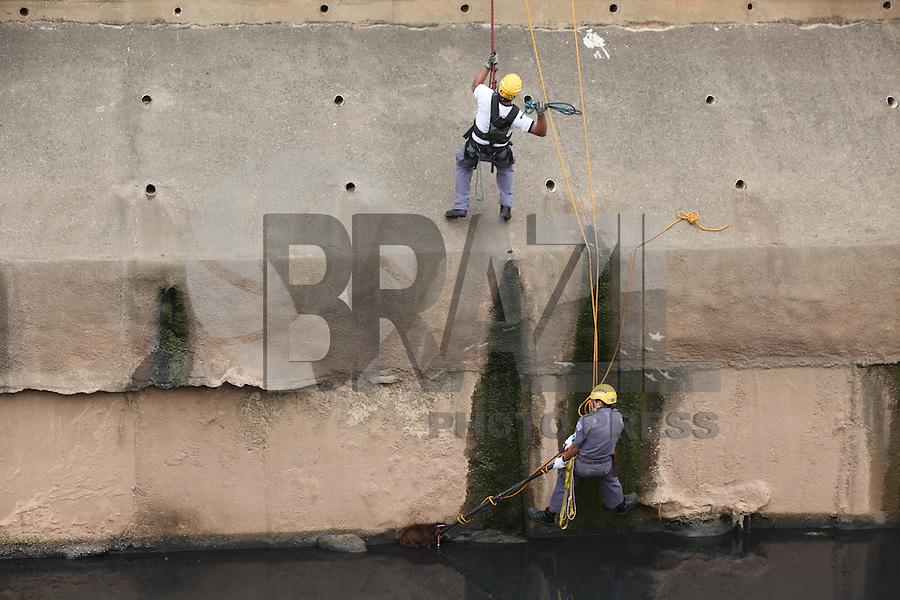FOTO EMBARGADA PARA VEICULOS INTERNACIONAIS.  SÃO PAULO, SP, 11/09/2012, RESGATE DE CÃO.  No final da manhã dessa Terça Feira (11) o cão foi visto nadando no Rio Tamanduatei, os bombeiros foram acionados para fazer o resgate do animal. Duas guarnições atenderam a ocorrência, no total foram quatro tentativas de resgata-lo, nas tres primeiras o animal conseguiu escapar. Luiz Guarnieri/ Brazil Photo Press.