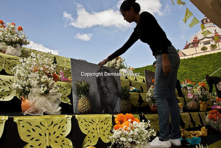 Quer&eacute;taro, Qro. 01 de Noviembre de 2014.- Como cada a&ntilde;o, las celebraci&oacute;n de Todos Santos y D&iacute;a de Muertos, como parte de la tradici&oacute;n en M&eacute;xico, se hizo presente. Ofrendas, Flores, adornos en los panteones, dulces, cartoner&iacute;a, m&uacute;sica y homenajes p&oacute;stumos son la forma de recordar a los fieles difuntos.<br /> <br /> <br /> Foto: Demian Ch&aacute;vez /