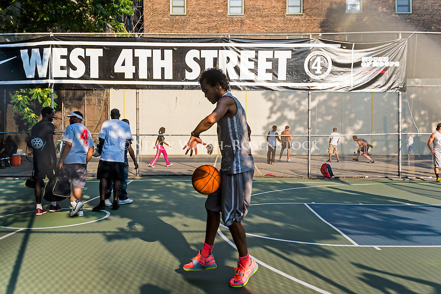 New York, NY 25 July 2014 - Young man practicing hoops at the West Fourth Street Basketball Courts ©Stacy Walsh Rosenstock/Alamy