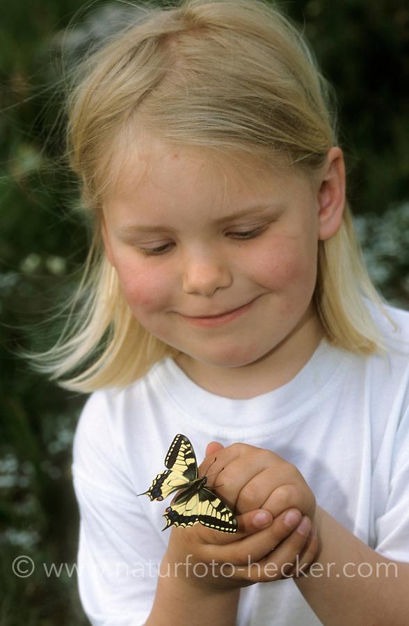 Kind, Kinder mit einem Schwalbenschwanz, Schwalben-Schwanz, Papilio machaon, Old World Swallowtail, common yellow swallowtail, swallowtail