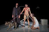 SÃO PAULO, SP 17.01.2019: BENJAMIN-SP - A peça Benjamin, do diretor armênio Arthur Haroyan, trata dos direitos dos animais, e ao final de cada apresentação, um cachorro que esteve em cena, ligado a alguma ONG parceira, estará disponível para adoção. A peça conta com os atores Lisandro Leite (Noah), Julia Marques (Berta) e Mario Goes (Benjamin), e fica em cartaz no teatro Viga Espaço Cênico, em Pinheiros, zona oeste da capital de 16/01 a 28/02/2019. (Foto: Ale Frata/Codigo19)