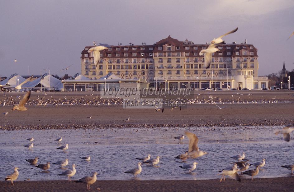 """Europe/France/Normandie/Basse-Normandie/14/Calvados/Deauville: La plage et l'hôtel """"Le Royal"""""""