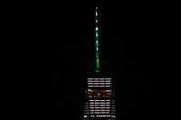 NOVA YORK, NY, 01.06.2017 - CLIMA-NOVA YORK - Como indicado pelo governador de Nova York, Andrew Cuomo, em resposta à decisão do presidente Donald Trump de retirar os Estados Unidos do Acordo sobre o Clima de Paris, o One World Trade Center é iluminado com luz verde , 1 de junho de 2017, na cidade de Nova York. Trump prometeu a campanha para se retirar do acordo, que o ex-presidente Barack Obama e os líderes de outros 194 países assinaram em 2015. O acordo tem como objetivo incentivar a redução das emissões de gases de efeito estufa em um esforço para limitar o aquecimento global a um gerenciável nível. (Foto: Vanessa Carvalho / Brasil Photo Press)