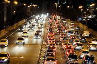 SÃO PAULO,SP-25,07,2014-TRÂNSITO/RADIAL LESTE - Trânsito intenso na avenida Radial Leste sentido Zona Leste.Região central da cidade São Paulo na noite dessa Sexta-feira,25<br /> (Foto: Kevin David/Brazil Photo Press )