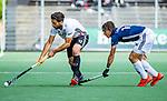 AMSTELVEEN  -  Valentin Verga (Adam)  met Marlon Landbrug (Pinoke) . Hoofdklasse hockey dames ,competitie, heren, Amsterdam-Pinoke (3-2)  . COPYRIGHT KOEN SUYK