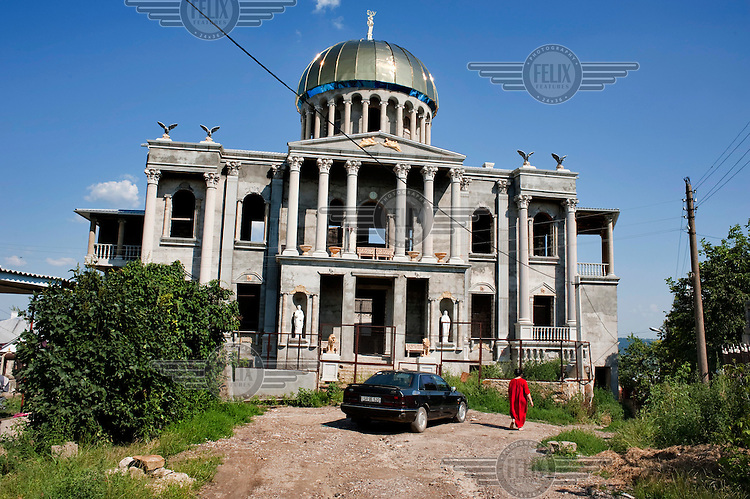 A mansion, being built by a member of the Roma community, being constructed to resemble the Capitol Building on a US fifty dollar banknote.