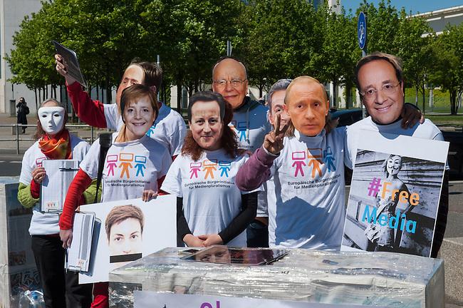 Zum Tag der Pressefreiheit, am Samstag den 3. Mai 2014, hat die Europaeische Buergerinitiative fuer Medienpluralismus vor dem Bundeskanzleramt eine Kundgebung fuer Pressefreiheit und Medienpluralismus abgehalten.<br />Mit der Aktion sollte an die Notwendigkeit der Presse- und Meinungsfreiheit in Deutschland und Europa erinnert werden. &quot;Ohne freie Medien kann es keine wirkliche Demokratie geben&quot; so eine Sprecherin der Initiative.<br />In Deutschland wird die Kampagne unter anderem unterstuetzt vom Deutschen Journalisten-Verband (DJV), der Deutschen Journalistinnen- und Journalisten-Union (DJU) in ver.di und dem Netzwerk fuer Osteuropa-Berichterstattung (n-ost). Die Initiative hat das Ziel europaweit eine Millionen Unterschriften zu sammeln, um einen Gesetzgebungsentwurf fuer eine bessere Einhaltung der Medienpluralitaet, der Presse- sowie der Meinungsfreiheit an die EU-Kommission zu stellen.<br />Im Bild: Die Kundgebungsteilnehmer tragen Masken mit den Gesichtern von Mediengroessen wie Rupert Murdoch (5.vl.) Bundeskanzlerin Angela Merkel (3.vl.), dem russischen Praesident Wladimir Putin (2.vr.), dem verurteilten italienischen ex-Praesident Silvio Berlusconi (2.vl.), dem englischen Premierminister David Cameron (4.vl.), dem franzoesischen Regierungschef Francoise Hollande (1.vr.) und dem franzoesischen ex-Premier Nicola Sarkozy (3.vr.).<br />3.5.2014, Berlin<br />Copyright: Christian-Ditsch.de<br />[Inhaltsveraendernde Manipulation des Fotos nur nach ausdruecklicher Genehmigung des Fotografen. Vereinbarungen ueber Abtretung von Persoenlichkeitsrechten/Model Release der abgebildeten Person/Personen liegen nicht vor. NO MODEL RELEASE! Don't publish without copyright Christian-Ditsch.de, Veroeffentlichung nur mit Fotografennennung, sowie gegen Honorar, MwSt. und Beleg. Konto: I N G - D i B a, IBAN DE58500105175400192269, BIC INGDDEFFXXX, Kontakt: post@christian-ditsch.de]