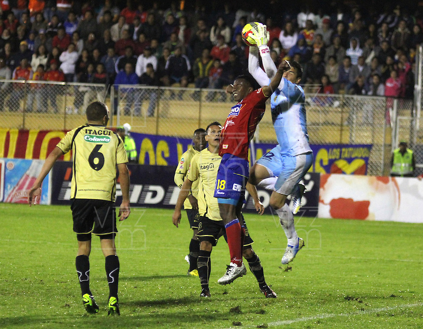 PASTO - COLOMBIA - 30-06-2013: Mauricio Mena (Izq.) jugador del Deportivo Pasto disputa el balon con Julian Meza (Der.) jugador de Itagüi Ditaires de durante el partido en el estadio Libertad de la ciudad de Pasto, junio 30 de 2013. Deportivo Pasto y Itagüi Ditaires durante partido por la cuarta fecha de las semifinales de la Liga Postobon I. (Foto: VizzorImage / Leonardo castro / Str). Mauricio Mena (L) player of Deportivo Pasto fights for the ball with Julian Meza (R) of Itagüi Ditaires during a game in the Libertad Stadium in Pasto city, June 30, 2013. Deportivo Pasto y Itagüi Ditaires in a match for the fourth round of the semifinalsof the Postobon I League. (Photo: VizzorImage / Leonardo Castro / Str).
