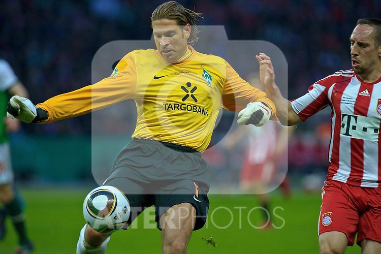 15.05.2010, Olympia Stadion, Berlin, GER, DFB Pokal Finale 2010,  Werder Bremen vs Bayern Muenchen im Bild  Keeper Tim Wiese ( Werder  #01) Frank Ribery (Bayern #7)..Foto © nph / Kokenge