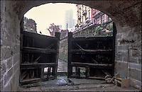 """Milano, la Conca dell'Incoronata (o delle Gabelle) sotto la pioggia. La chiusa è l'unico resto del Naviglio Martesana all'interno del centro storico milanese. Nella foto: le porte vinciane e i moderni grattacieli di Porta Nuova avvolti nella nebbia sullo sfondo --- Milan, the """"Conca dell'Incoronata"""" under rain. The canal pound is the only remain of the Naviglio Martesana in downtown. In the picture: the Da Vinci's locks and the modern skyscrapers of Porta Nuova shrouded in fog on the background"""