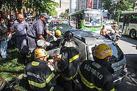 ATENÇÃO EDITOR: FOTO EMBARGADA PARA VEÍCULOS INTERNACIONAIS. - SAO PAULO)ACIDENTE ONIBUS X CARROS)Um onibus bateu em dois carros no Cruzamento da Av Paulista com a Praça Oswaldo Cruz tendo uma vitima presa nas ferragem.FOTO: ADRIANO LIMA / BRAZIL PHOTO PRESS).