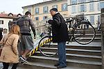 Milano febbraio 2016, attraversamento del pontecon la bicicletta all'altezza  di via Corsico. Dalla Ripa all'Alzaia