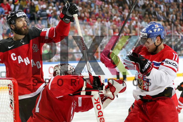 Tschechiens Sobotka, Valdimir (Nr.17)(Avangard Omsk) im Zweikampf mit Canadas Burns, Brent (Nr.88) vor Canadas Smith, Mike (Nr.41)  im Spiel IIHF WC15 Canada vs. Czech Republic.<br /> <br /> Foto &copy; P-I-X.org *** Foto ist honorarpflichtig! *** Auf Anfrage in hoeherer Qualitaet/Aufloesung. Belegexemplar erbeten. Veroeffentlichung ausschliesslich fuer journalistisch-publizistische Zwecke. For editorial use only.