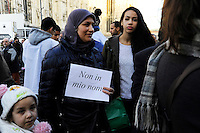 Milano: manifestazione in Piazza del Duomo per ricordare le vittime della strage di Charlie Hebdo. Ragazze musulmane partecipano all'iniziativa. Gen 10, 2015.<br /> Milan: demonstration to commemorate the victims of the massacre of Charlie Hebdo. Muslim girls participating. January 10, 2015