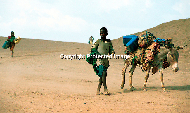 dicoeth00035.Ethiopia. Children fetching water on April 14, 2000 in a river close to Gode in Ogaden province in  Ethiopia. The area is extremly hot and drought stricken most of the year. Thousands of people came to Gode looking for food and water in the spring of 2000. .©Per-Anders Pettersson/ iAfrika Photos....