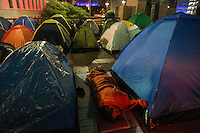SAO PAULO, SP, 16.12.2013 - OCUPACAO / PREFEITURA / SEM TETOS - <br /> Manifestantes sem-teto sao vistos acampados na madrugada desta segunda-feira, 16, em frente &agrave; sede da Prefeitura de S&atilde;o Paulo na regiao central. A ocupacao comecou na manha de ontem domingo, 15, eles dizem ser integrantes do Movimento dos Sem-Teto do Sacom&atilde; (MSTS) e protestam porque foi cortada a &aacute;gua e a luz do pr&eacute;dio do extinto Cine Marrocos, ocupado pelo movimento desde 1&ordm; novembro. O grupo reivindica que os servi&ccedil;os sejam restabelecidos. Segundo o presidente do MSTS, Robson Santos, at&eacute; a noite deste domingo n&atilde;o houve negocia&ccedil;&atilde;o com a Prefeitura.&nbsp; Afirma que h&aacute; 160 barracas montadas e pelo menos mais 80 devem ser instalada nas cal&ccedil;adas do Viaduto do Ch&aacute;.&nbsp; A Guarda Civil Metropolitana (GCM) acompanha a manifesta&ccedil;&atilde;o. (Foto: Thiago Ferreira / Brazil Photo Press).
