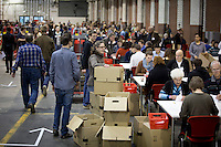 Helfer z&auml;hlen am Samstag (14.12.13) in Berlin die Wahlzettel des Mitgliederentscheids zur Gro&szlig;en Koalition mit der CDU/CSU aus.<br /> Foto: Axel Schmidt/CommonLens<br /> <br /> Berlin, Germany, politics, Deutschland, 2013, Gro&szlig;e Koalition, Groko, Koalition, SPD, Mitglieder, Basis, Mitgliederentscheid, Entscheid, Mitgliedervotum, Votum, Ausz&auml;hlung