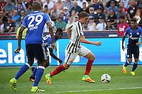 Bastian Oczipka (Eintracht Frankfurt) gegen Breel Embolo (FC Schalke 04) und Naldo (FC Schalke 04) - 27.08.2016: Eintracht Frankfurt vs. FC Schalke 04, Commerzbank Arena
